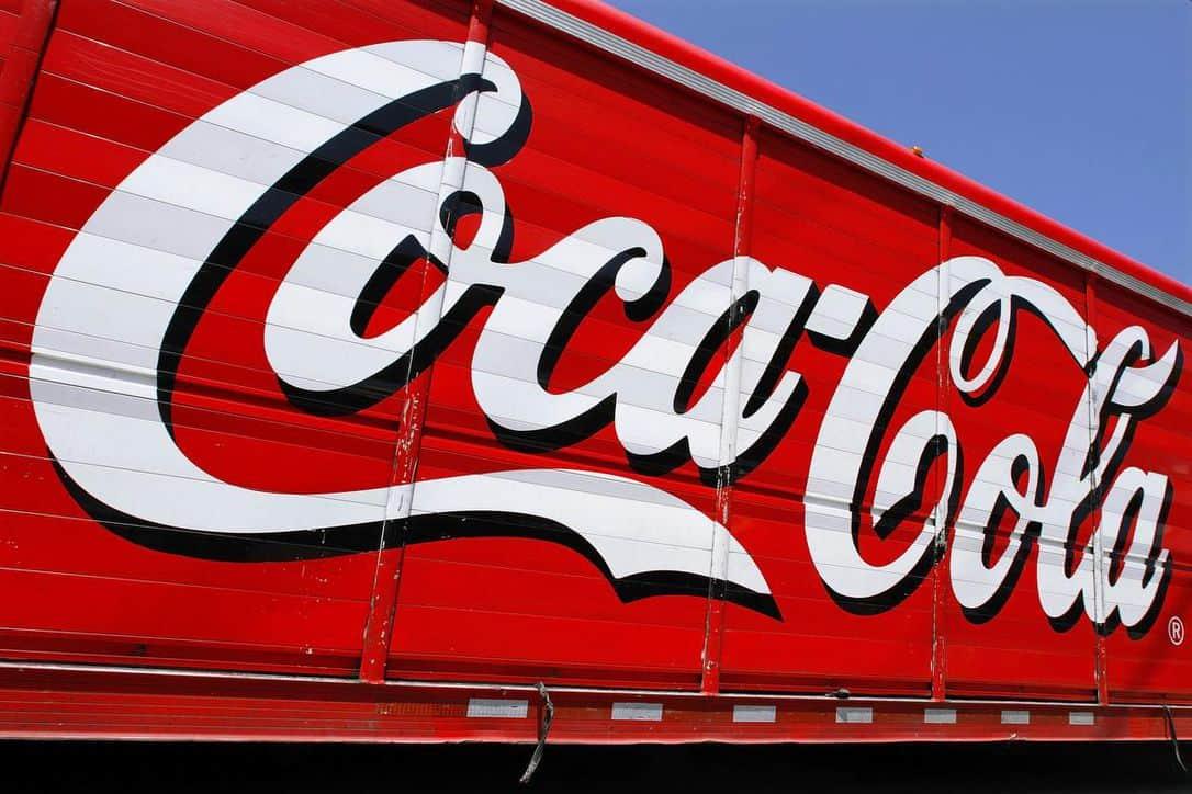 """Photo of """"كوكا كولا"""" تسعى للتعاقد مع شركة """"أورورا كانابيس"""" المنتجة للحشيش بغية زيادة الأرباح"""