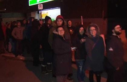 "Photo of بالفيديو آلاف ""الحشاشين"" الكنديين يصطفون طوابير لشراء "" #الماريجوانا "" بعد أن سمحت #كندا رسمياً بتعاطيها"