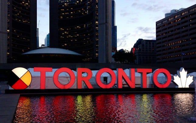 Photo of ستشتعل اليوم علامة #تورونتو باللون الاحمر احتفالاً احتفالاً بـ #يوم_الذكرى