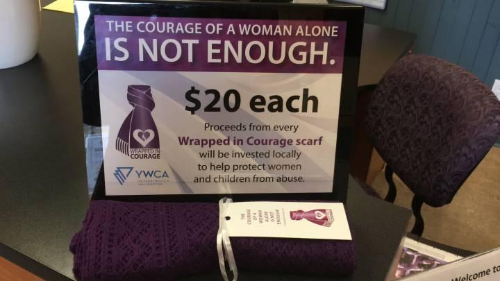 صورة الأوشحة الأرجوانية لدعم شهر وقف #العنف ضد #المرأة
