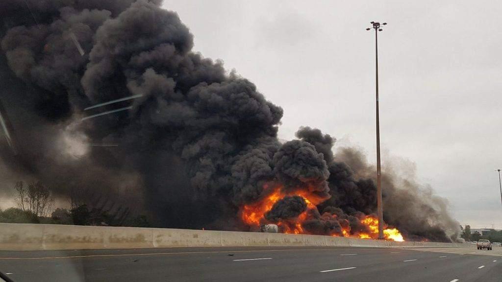 Photo of إنفجار ناقلة بترول يتسبب بإغلاق الطريق السريع الرئيسي في #تورنتو