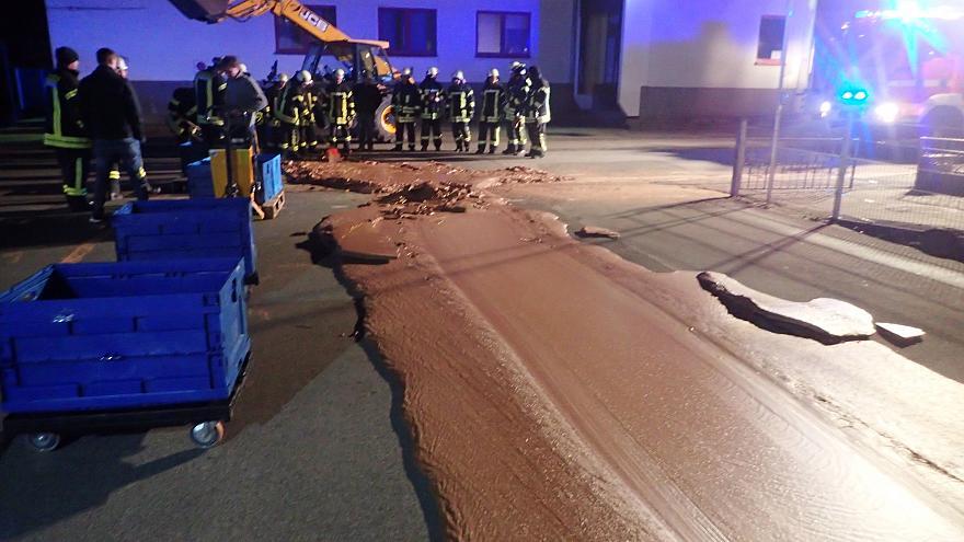 """Photo of """"نهر"""" من #الشوكولاتة بشارع في #ألمانيا ! تعرف على السبب.."""