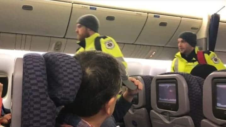 صورة #تحذير شديد من #البرد يسبب حجز الركاب بطائرة United_Airlines#