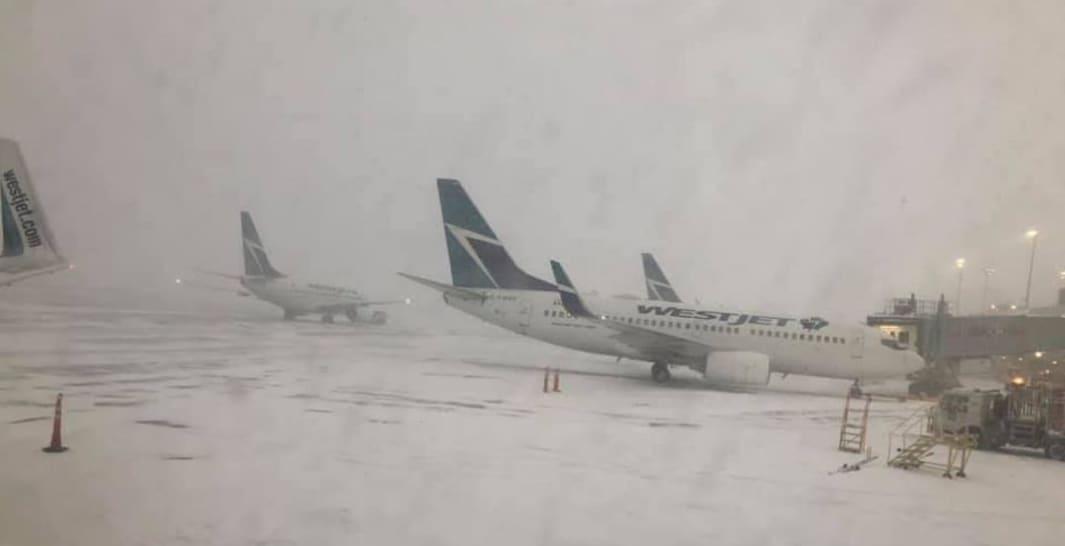 صورة WestJet# عالقة في #الثلج في #مطار بيرسون #تورنتو