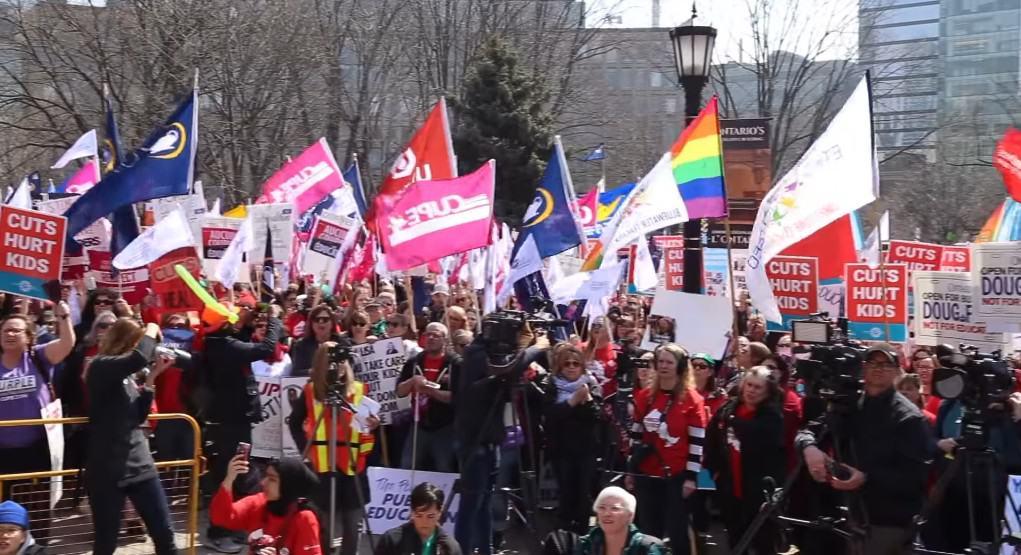 الالاف يتجمعون باونتاريو للاحتجاج على تقليص الوظائف التعليمة