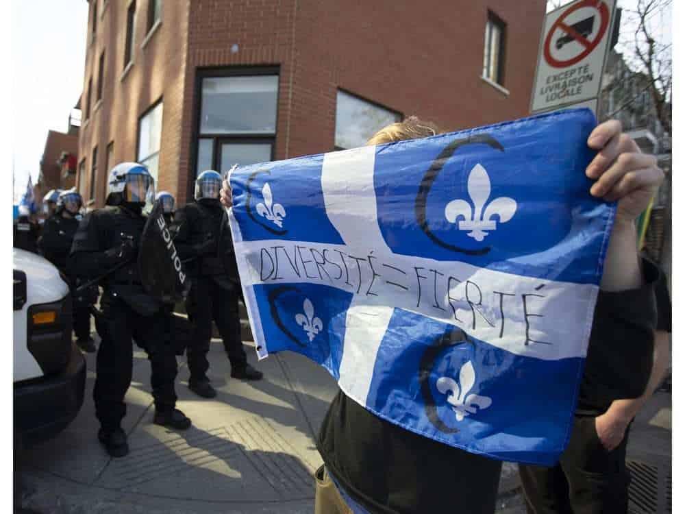 صورة شرطة مكافحة الشغب تحافظ على السلام بين المئات من مؤيدين ومعارضين لمشروع القانون 21