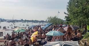 صورة شاطىء جزيرة تورنتو هانلان بوينت كان مزدحماً بشكل خطير نهاية الأسبوع هذه