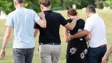 صورة إقامة جنازة اليوم للأختين الصغيرتين من كيبيك واللتان وجدتا ميتتين بعد إطلاق إنذار أمبر
