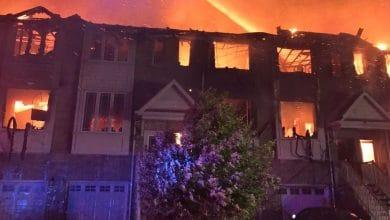 صورة 11 منزلاً تعرضوا للدمار الكامل بعد أن اجتاحات النيران مجمع منازل سكني في ستوني كريك