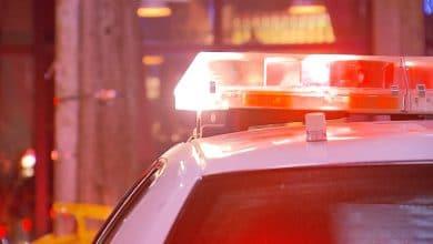 صورة اعتقال رجلين ، والبحث عن اثنين آخرين مشتبه بهم في التورط بسرقة سيارات بشكل مسلح.