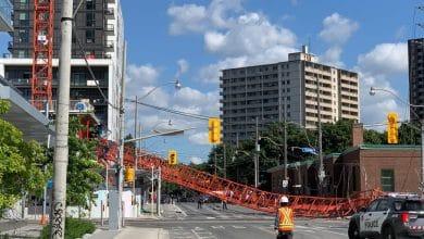 صورة الشرطة تستجيب لحادثة سقوط رافعة في وسط مدينة تورونتو.