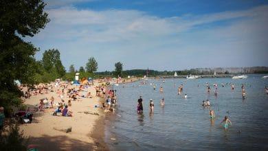 صورة تنقسم الآراء في تورنتو حول ما إذا كانت السباحة في بحيرة أونتاريو آمنة.