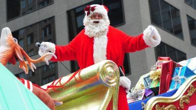 """صورة الحدث المميز """"موكب سانتا كلوز السنوي"""" ينتقل ليكون عبر الإنترنت بسبب قيود كوفيد-19."""