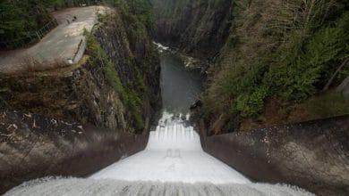صورة تدفق كمية مميتة من المياه من السد دون سابق إنذار ، متسببة في مقتل رجل في بريتش كولومبيا